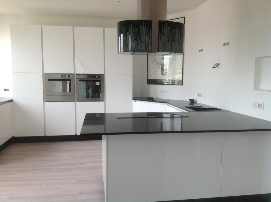 Foto cucina laccata bianca di mbhomedesign arredamenti - Cucina laccata bianca ...
