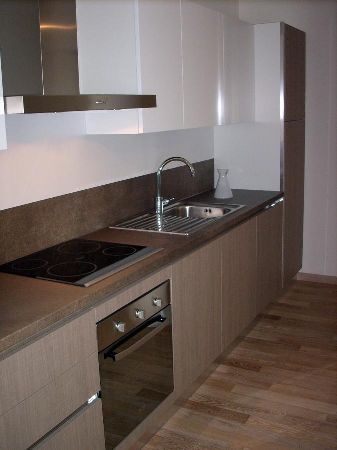 Foto cucina moderna mod tao anta rovere segato e bianco - Parquet per bagno e cucina ...