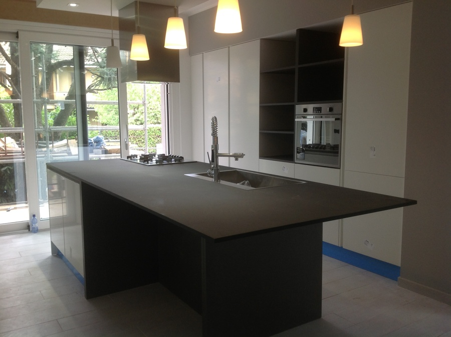 Foto cucina piano unico quarzo di mbhomedesign - Quarzo piano cucina ...