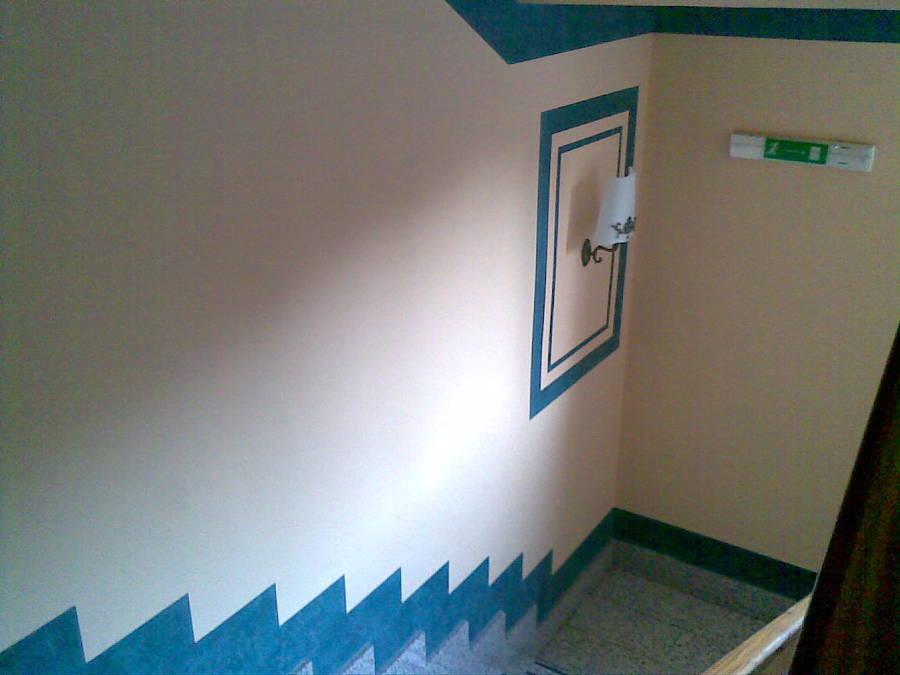 decorazione con tonalita' scura con stucco marmorino.