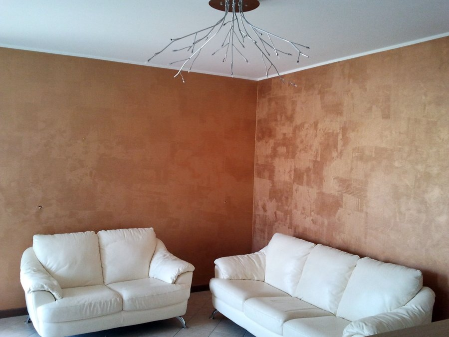 Decorazione pareti soggiorno con effetto metalizzato bronzo tramato