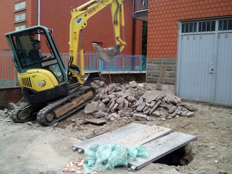 demolizione per nuove fognature nel palazzo