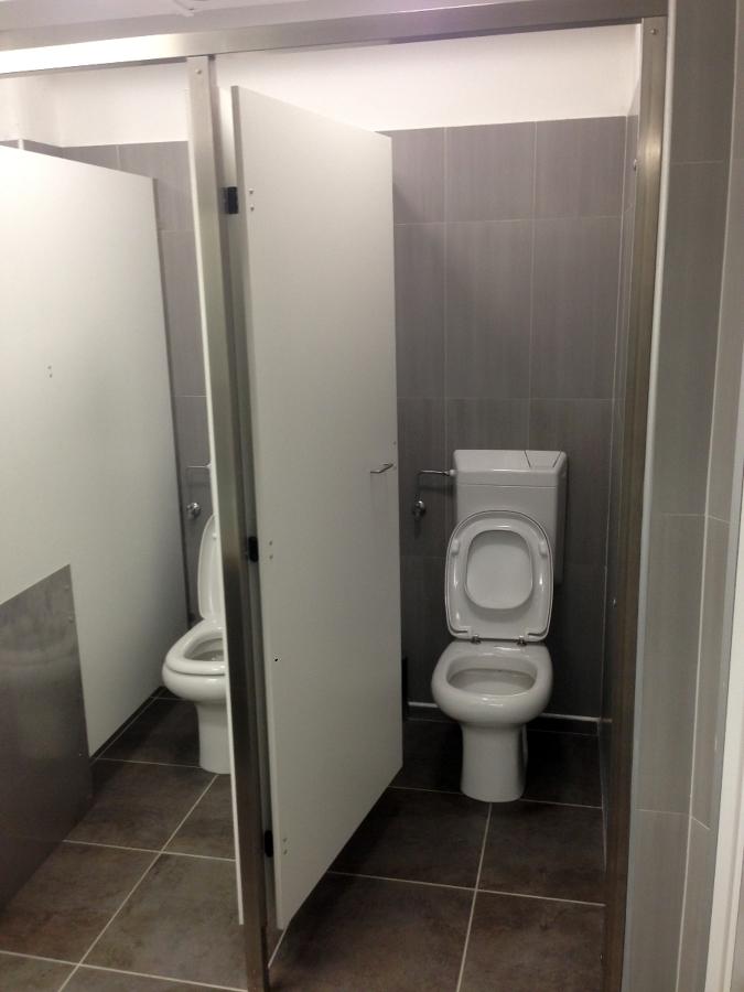 Foto divisori wc per ambienti de artigiana extra srl for Divisori per ambienti