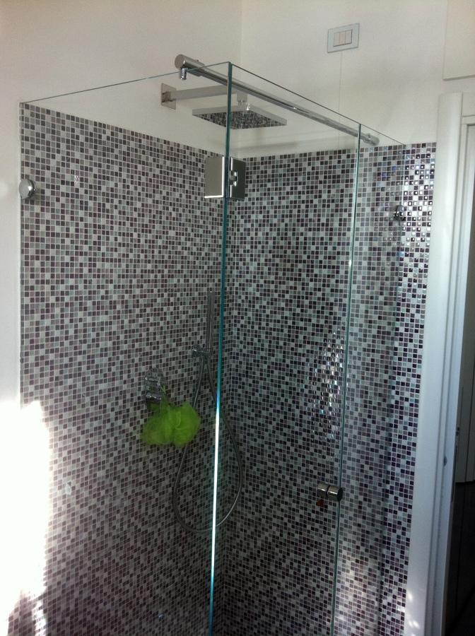 Foto doccia vetro totale su mosaico de artigiana extra srl ristrutturazione e manutenzione di - Mosaico vetro bagno ...
