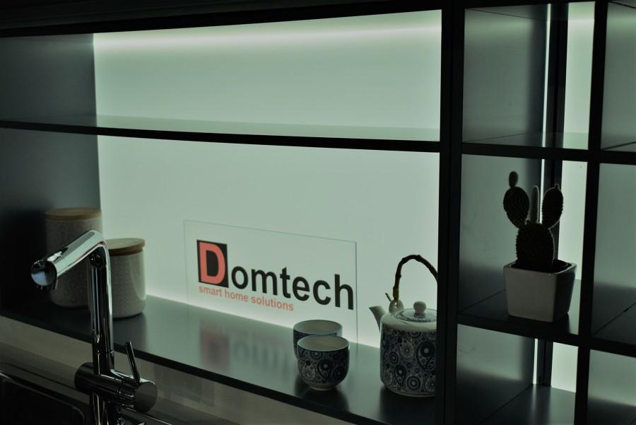 Cucina moderna con pannello luminoso (led) nato dalla collaborazione con Domtech.