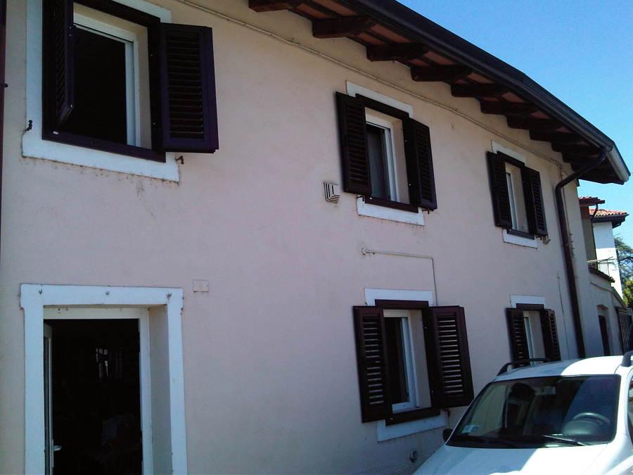 Facciata casa dopo la sostituzione vecchi scuri in legno - Gorizia