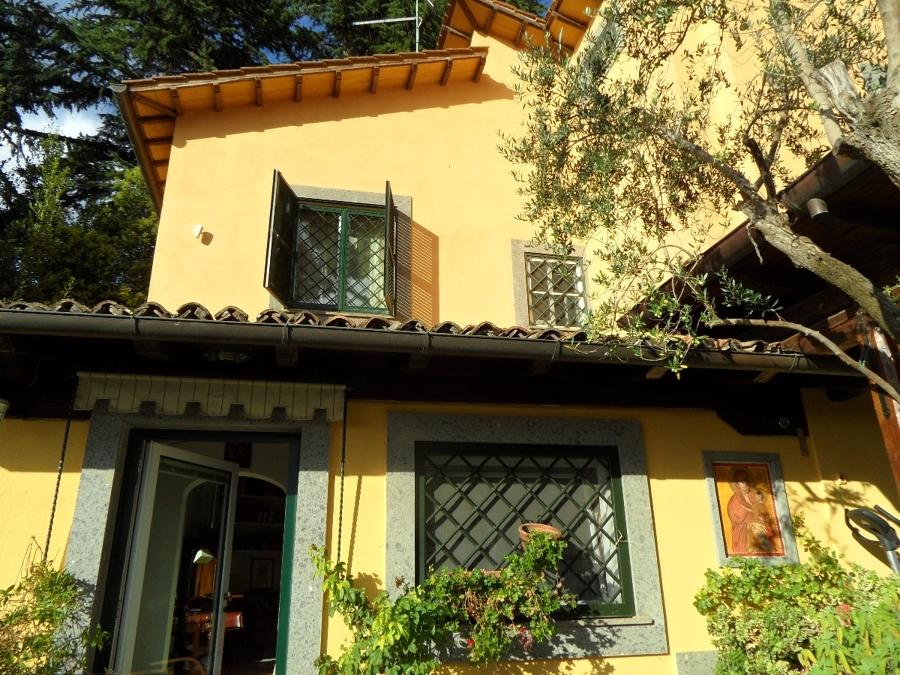Foto facciata esterna con imbotti in peperino di la - Facciata esterna casa ...