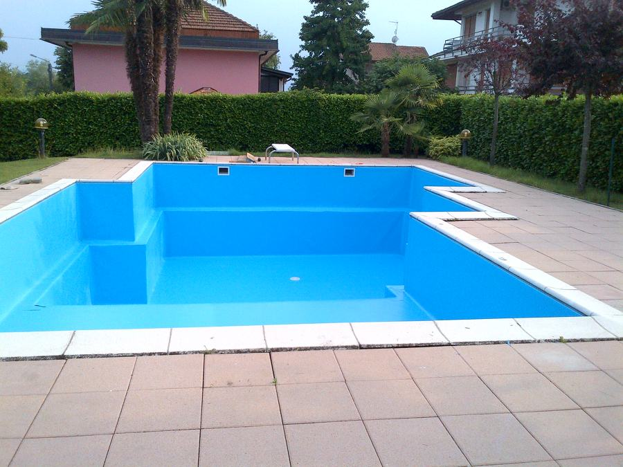 Foto fine posa nuovo rivestimento in pvc color blu for Big blu piscine