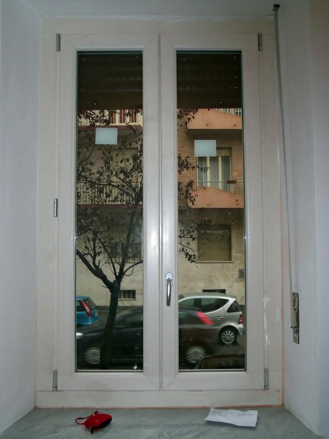 Foto finestra 2 ante pvc avorio pellicolato di la for Finestra pvc 2 ante