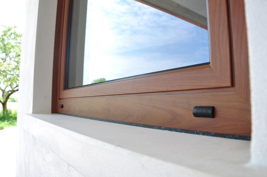 Foto finestra in alluminio tinta legno di pobbe for Finestra in alluminio