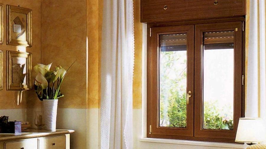 Foto finestra in pvc 2 ante effetto legno cassonetto di for Finestra pvc 2 ante