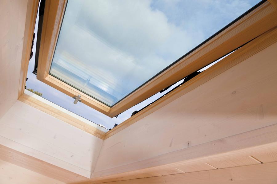 Foto finestra per tetti roto designo r8 4 di roto frank - Roto finestre per tetti ...