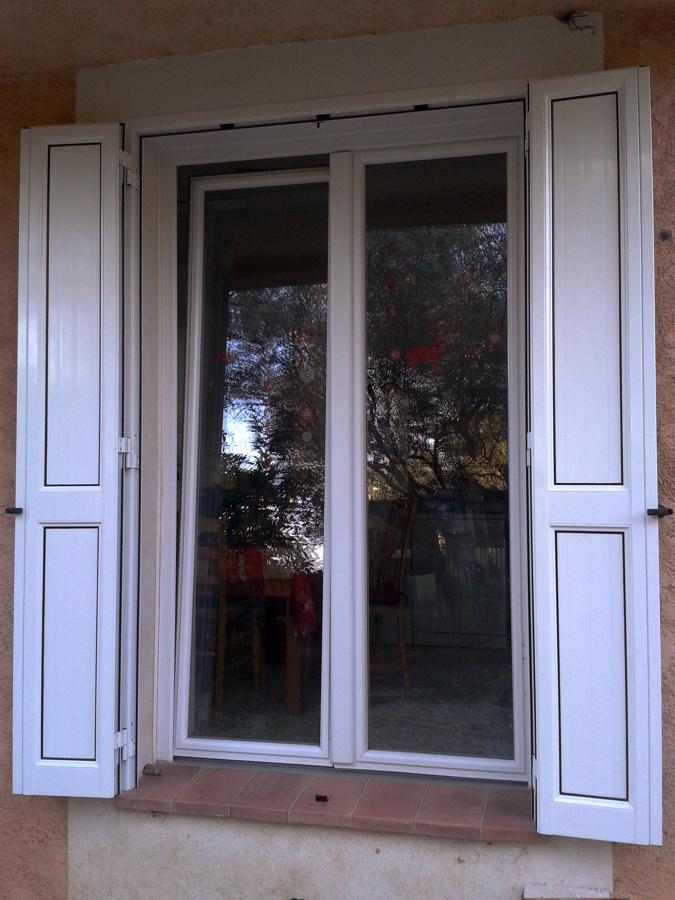 finestra pvc e scuri in alluminio (a libro)