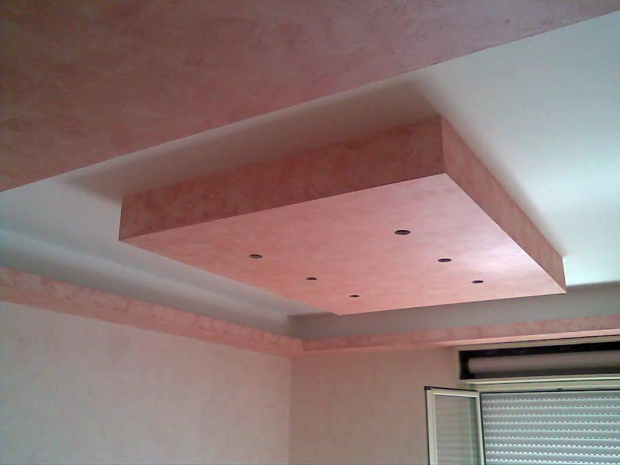 Foto forme geometriche in cartongesso di un soggiorno for Immagini di controsoffitti in cartongesso per soggiorni