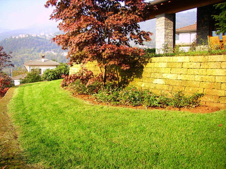 Foto giardino con muretti in tufo sant 39 omobono terme - Muretti in pietra giardino ...