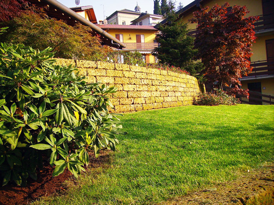 Giardino con muretti in tufo - Sant' Omobono Terme (BG)