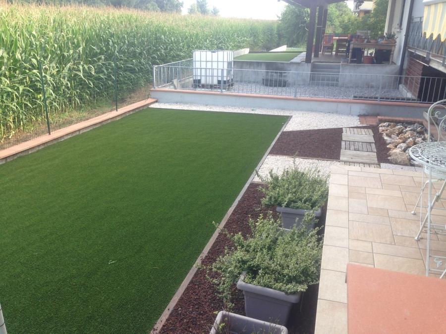 Foto giardino con tappeto sintetico di azienda mor for Foto giardini moderni