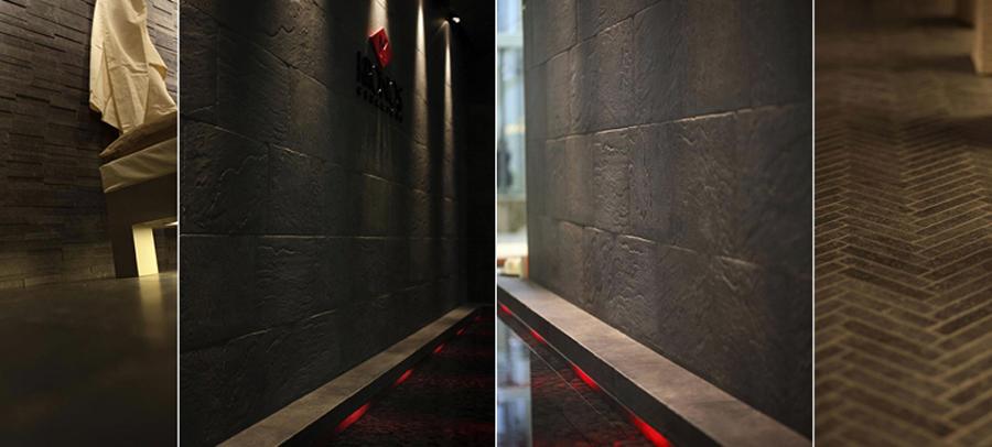 Foto giochi di luce e acqua lungo pareti rivestite da for Effetto spugnato pareti foto