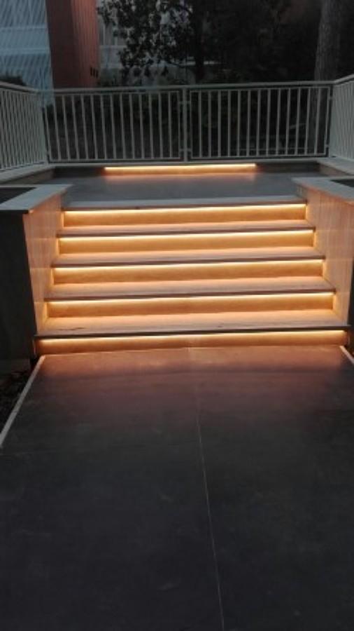 Foto illuminazione scale con striscie led di pisani - Illuminazione scale a led ...