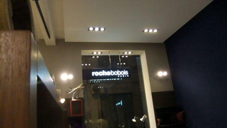 48 . illuminazione delle vetrine di questo negozio necessitava di una ...