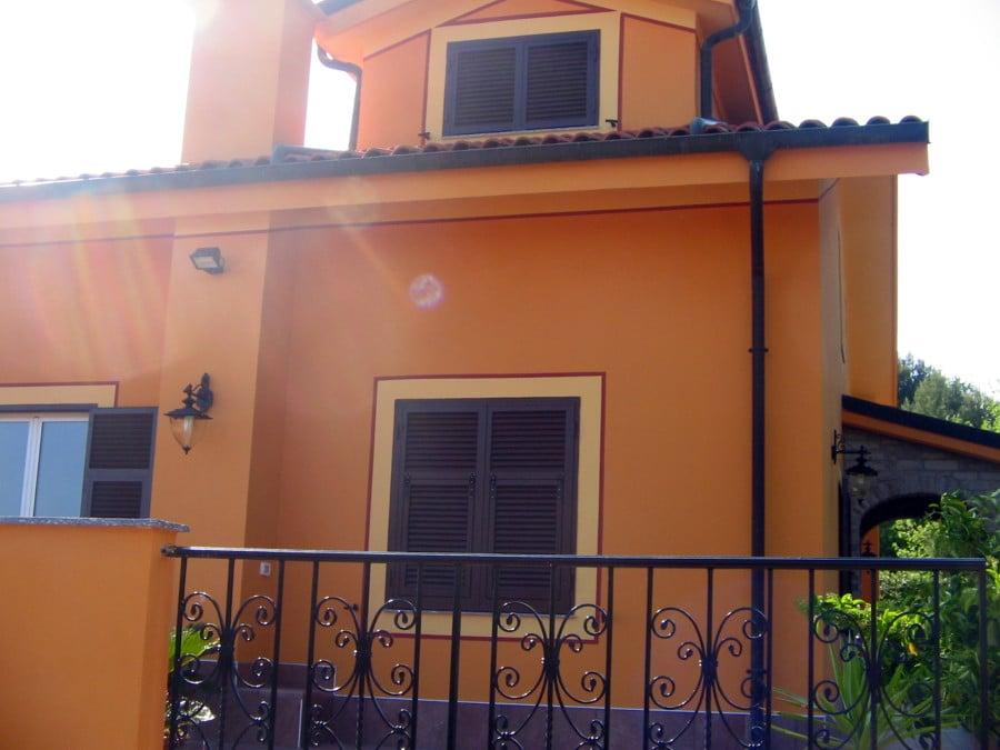 Foto imbiancatura esterna casa ad imperia di samucolor di for Colore facciata casa campagna