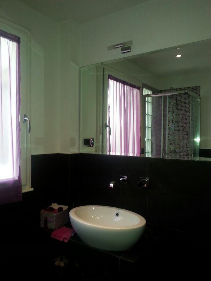 Foto bagno in pietra lavica co lavabo d 39 appoggio di ma studio 281032 habitissimo - Lavabo bagno in pietra ...