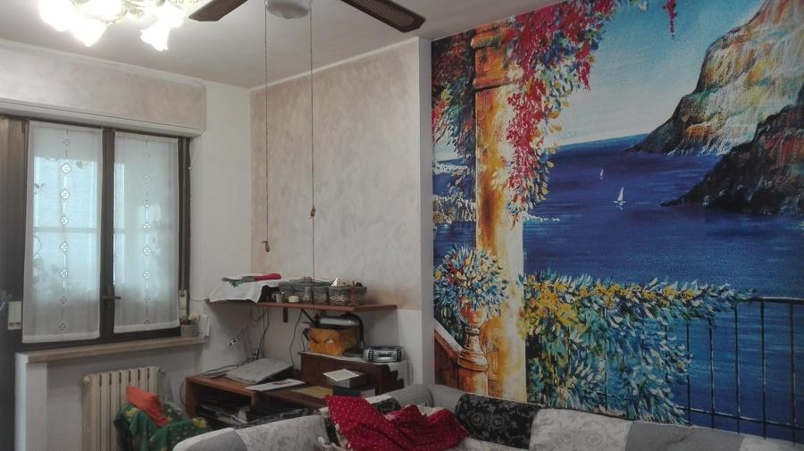 Salotto con vista mare e pareti circostanti in perlescente.