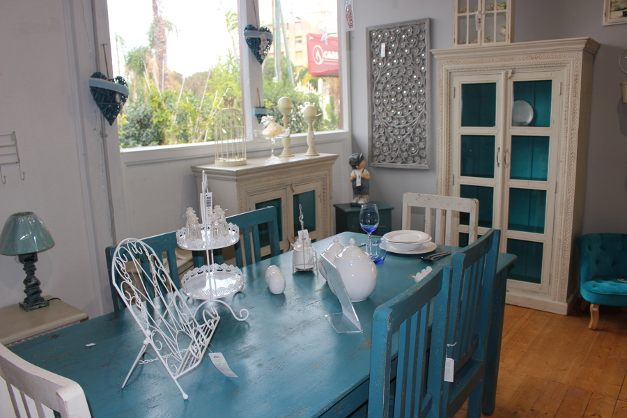 Sala da pranzo nei colori bianco e azzurro