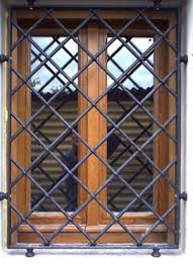 Foto inferriata di sicurezza anti ladro di zambelli enzo costruzioni in ferro 106047 habitissimo - Griglie in ferro per finestre ...