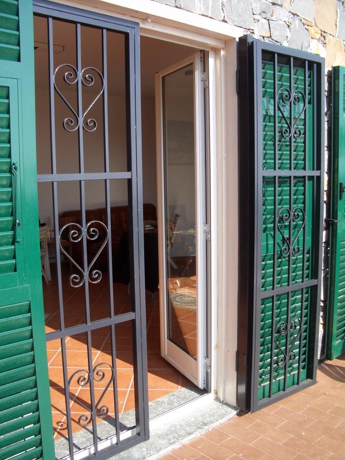 Foto inferriata sicurezza con sormonto di pinna s a s - Serrande per finestre prezzi ...