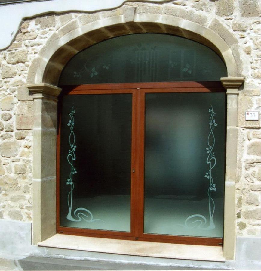 Foto infissi in alluminio e vetri decorati sabbiati di vetraltend 167042 habitissimo - Vetri decorati per finestre ...