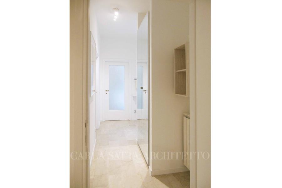 Ingresso: armadio con ante in specchio per ampliare lo spazio