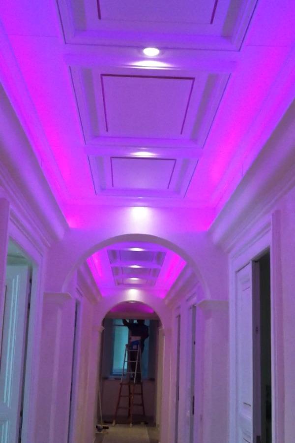 Foto ingresso con stucchi in gesso e luci a led for Luci led piccole