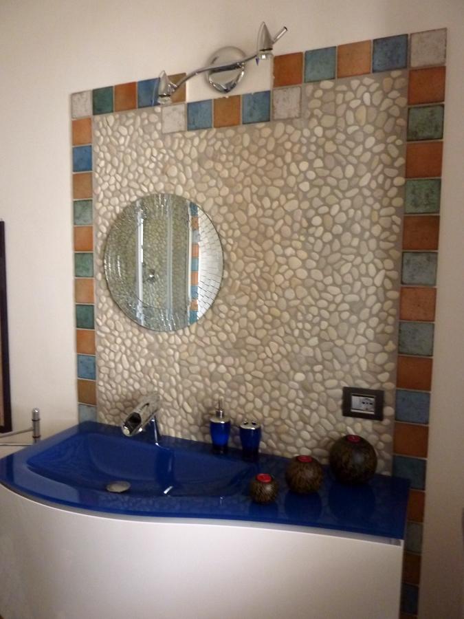 Foto lavabo bagno consolle sospesa su parete rivestita a for Parete attrezzata cornice sospesa