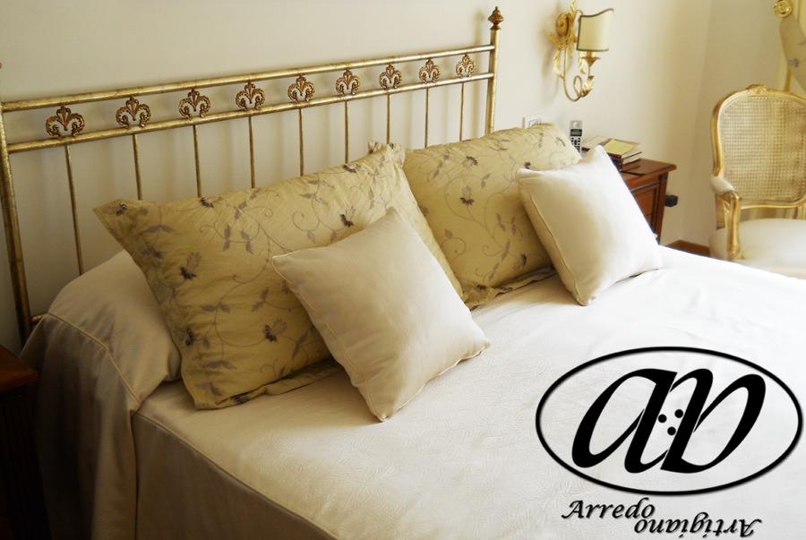 Foto letto e cuscini foderati di arredo artigiano di piselli piera 61390 habitissimo - Cuscini arredo letto ...