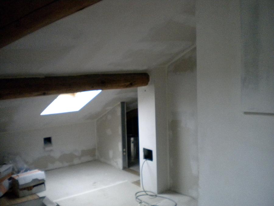 Foto mansarda pareti soffitti rivestiti in cartongesso for Prezzi mansarde