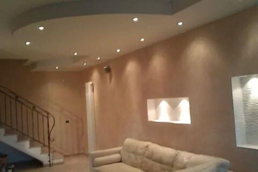 Foto marmorizzazione di parete e veletta in cartongesso - Esempi di illuminazione a led per interni ...