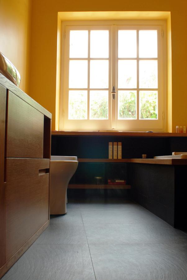 Materiali naturali e luce nel bagno ristrutturato
