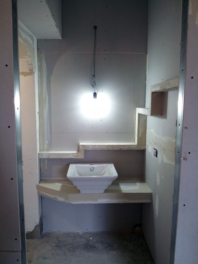 mobile bagno e mensola stile moderno