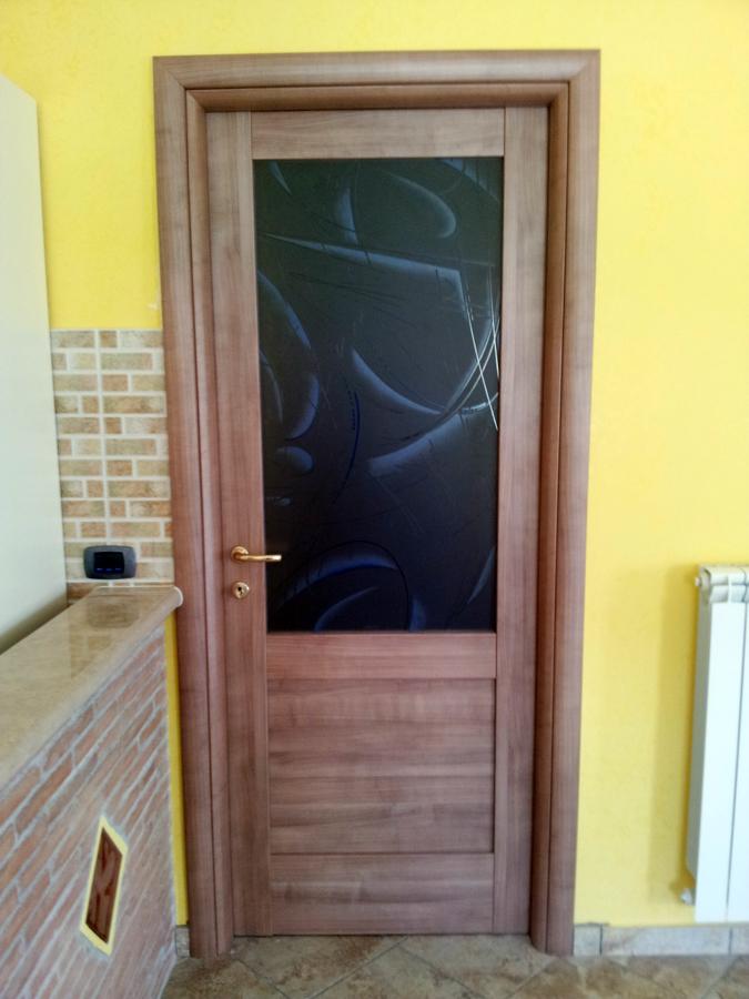 Foto montaggio porta battente con vetro de h al for Porta vetro battente