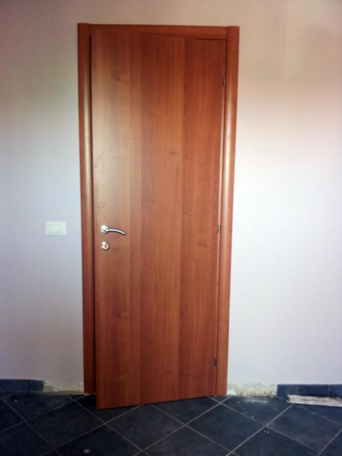 Foto montaggio porta battente liscia di h al - Montaggio porta battente ...