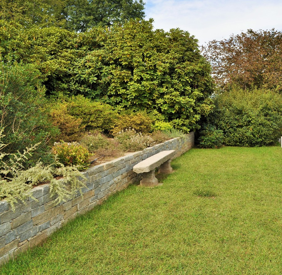 Foto muretto e seduta in pietra di architettura di - Muretti in pietra giardino ...