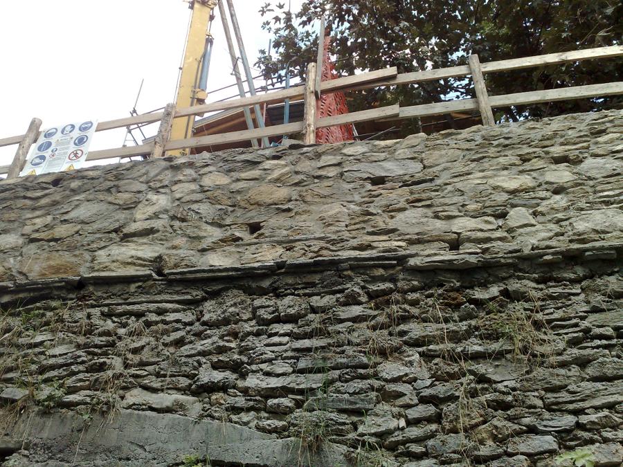 Muro di cemento armato rivestito in pietra