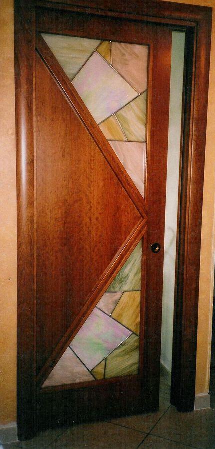 porta interna con inserti di vetro colorescente e iridescente