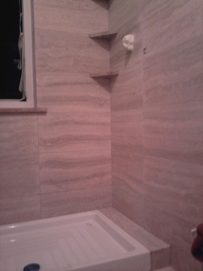 rifacimento completo di bagno con piastrellatura in autentico travertino romano classico