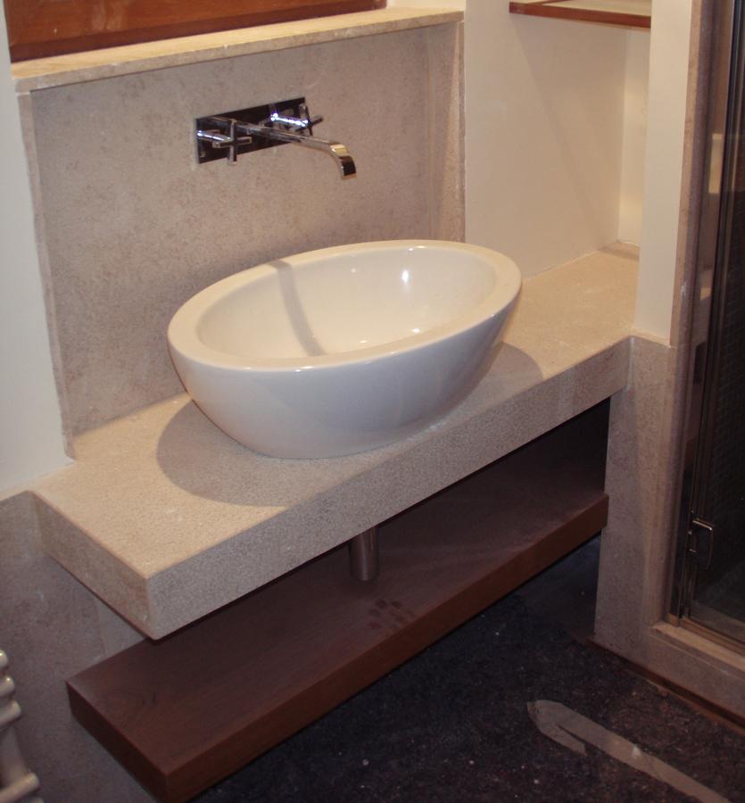 Foto lavabo da appoggio su top granito di architetto for Lavabo da appoggio
