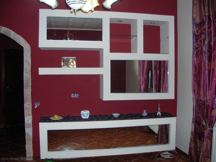 Foto parete attrezzata con fondo rosso porpora di color for Foto parete attrezzata