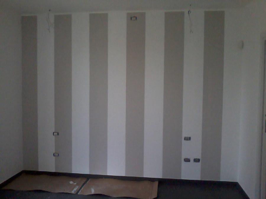 Foto parete di testata camera matrimoniale di decorgessi - Parete camera da letto tortora ...
