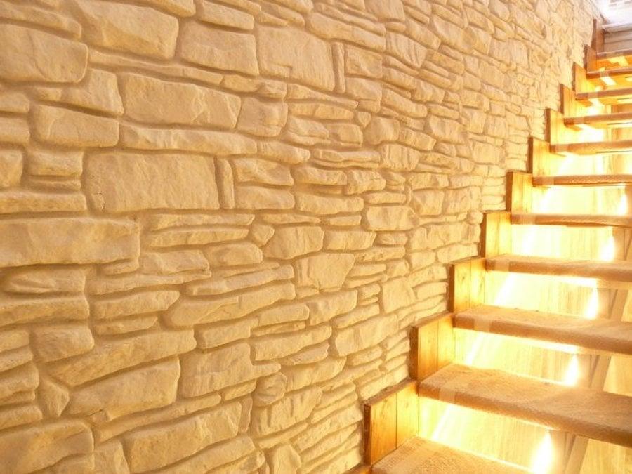 Parete in finta pietra per camera da letto pareti letto - Camera da letto con parete in pietra ...