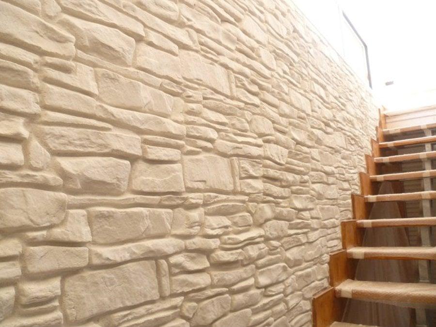 Casa moderna roma italy parete pietre - Rivestimento finta pietra interno ...